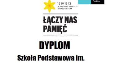 """Uczniowie szkoły w Kotuniu w akcji """"Żonkile on-line""""."""